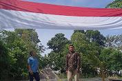 Jelang HUT RI Ke 75, Dua Pemuda di Aceh Timur Kibarkan Bendera Merah Putih Raksasa