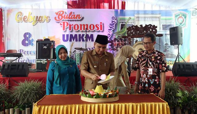 Kepala Dinkop bersama bupati dalam kegiatan Gebyar Bulan Promosi UMKM untuk memperingati Harkopnas