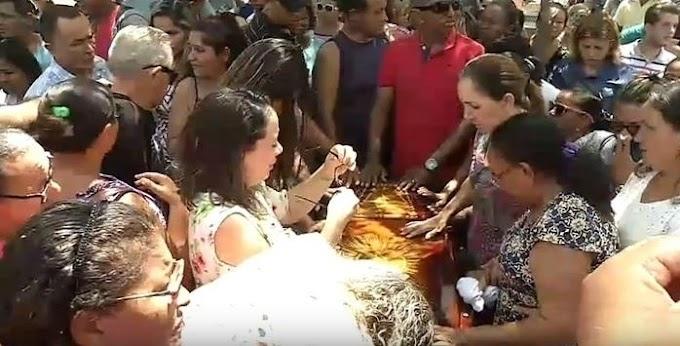 VÍDEO! Comoção e revolta marcam o enterro da estudante Camilla Abreu