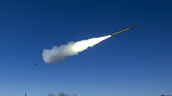 Raytheon bắn tên lửa Stinger từ một bệ phóng Javelin