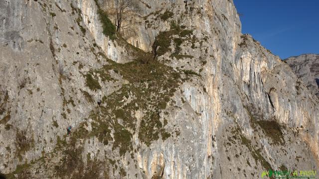 Subiendo a la cueva del Sedo Vibolines