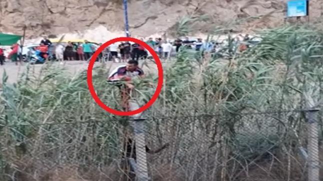 جزائريان يخترقان الحدود مع المغرب احتفالا بتأهل الخضر (شاهد)