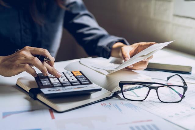 Entender em quais pontos se está errando e buscar ajuda para mudar essa realidade é um dos primeiros passos para começar a se organizar financeiramente melhor.