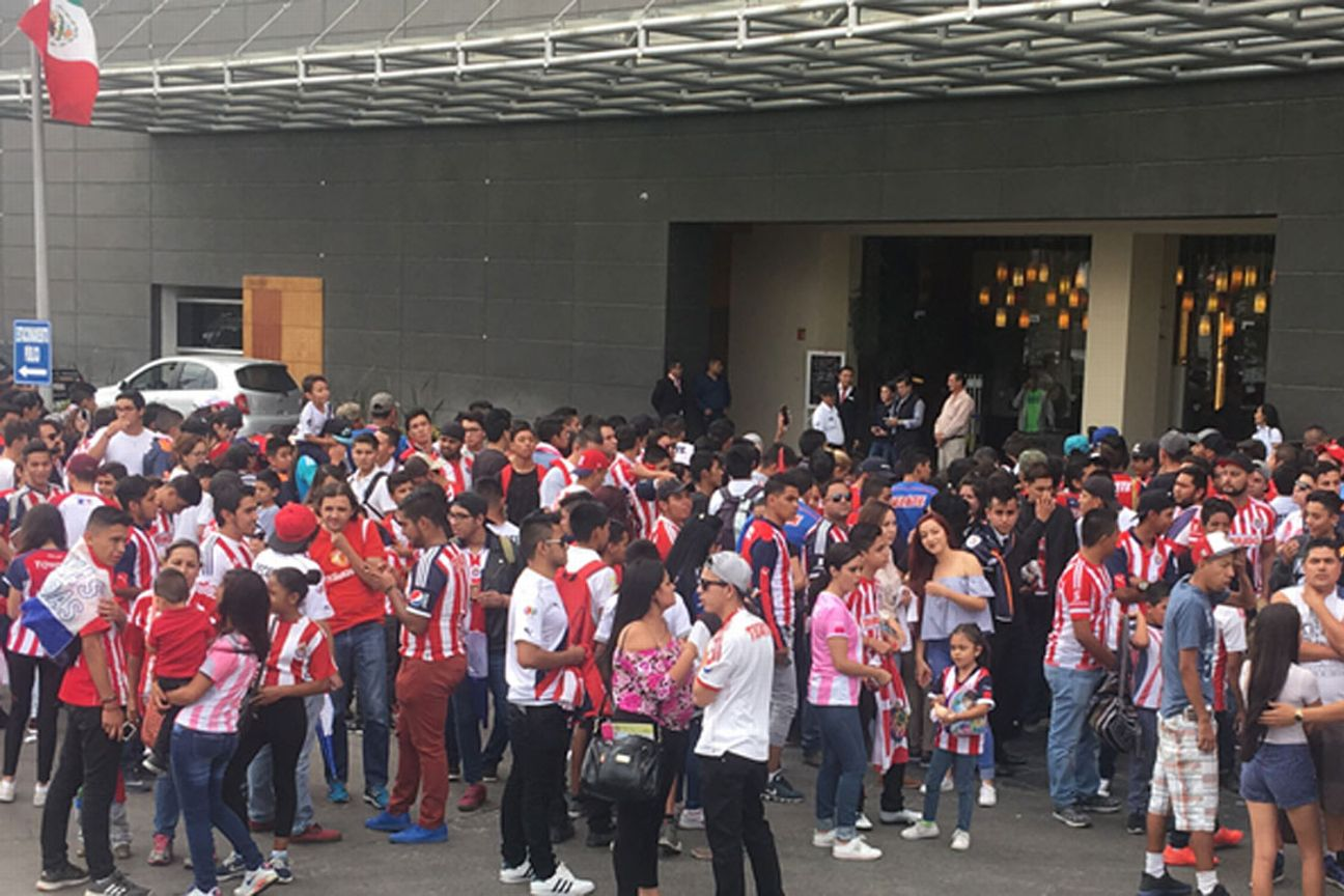 Cientos de aficionados recibieron a Chivas en Aguascalientes.