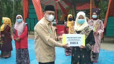 Irwan Fikri, SH Dt. Parpatiah menyerahkan hadiah kepada pemenang dalam rangkaian kegiatan peringatan Perang Manggopoh