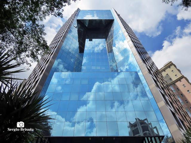 Perspectiva inferior da fachada do moderno Edifício Delta Plaza - Bela Vista - São Paulo