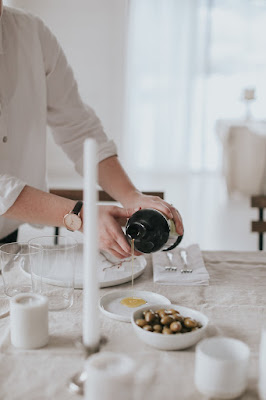 Minimal-Simple-Romantic-Tablescape-Design-with-Hands-Pouring