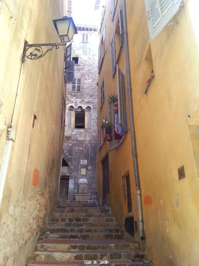 Antiguo palacete entre callejas