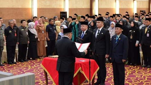 Istri, Kakak, Adik, Menantu Gubernur dan Sekda Riau Dapat Jabatan