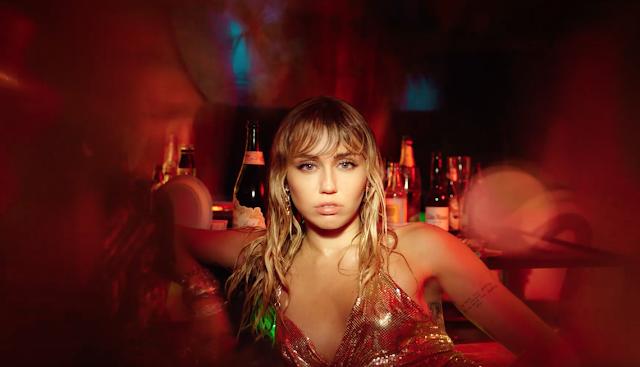 Miley Cyrus lança videoclipe para a melancólica faixa 'Slide Away', confira