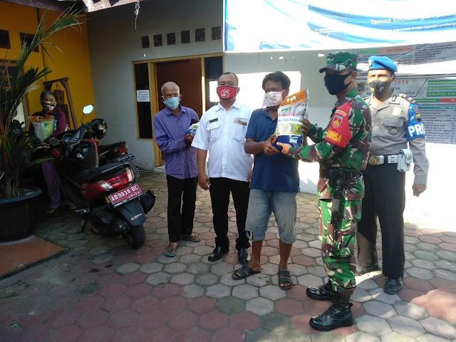 Dalam Rangka Hari Bhayangkara Ke 74 Koramil Bersama Polsek Salurkan Bansos