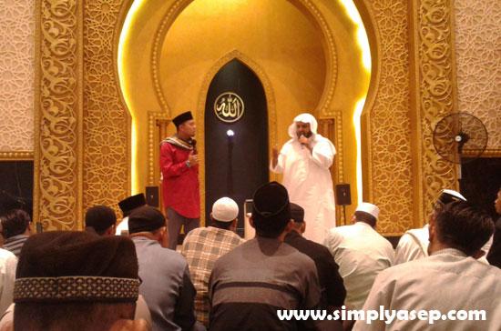 Imam Besar dari Saudi Arabia Syekh Jameel Faraj Ali Al Mezgagi saat menyampaikan tausyiah dalam Bahasa Arab yang diterjemahkan ke dalam Bahasa Indonesia oleh Ustad Luqmanulhakim.  Foto Asep Haryono