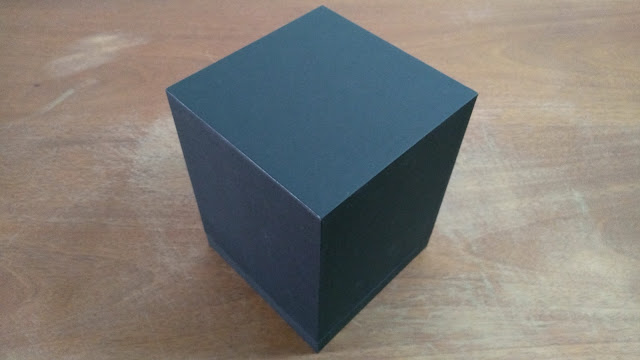 Caixa fechada revestida em papel preto.