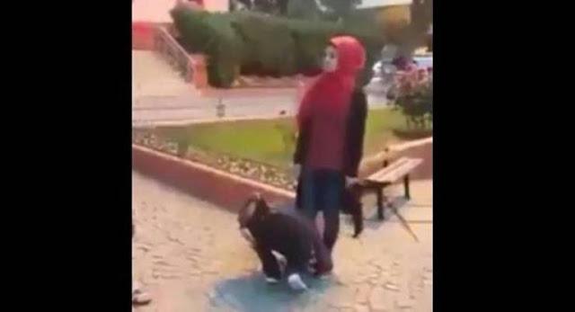 سورية تجبر شابين على تقبيل قدميها أمام الناس.. والسبب إليكم ماذا فعلا ليستحقا هذا العقاب
