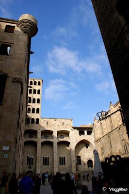 Vista di Placa del Rei con la Torre del Rei Marti nel Barrì Gotic
