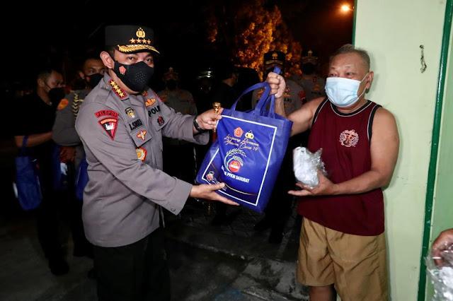 Kapolri Membagikan Paket Sembako di Warung Hik Dan Warga Surakarta