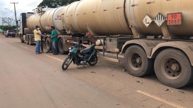 Jaru: Caminhão colide em Biz e joga-a embaixo de carreta carregada de combustível; Condutora fica ferida