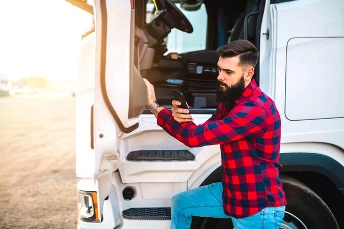 Conheça 5 cursos online gratuitos para caminhoneiros seguirem se profissionalizando