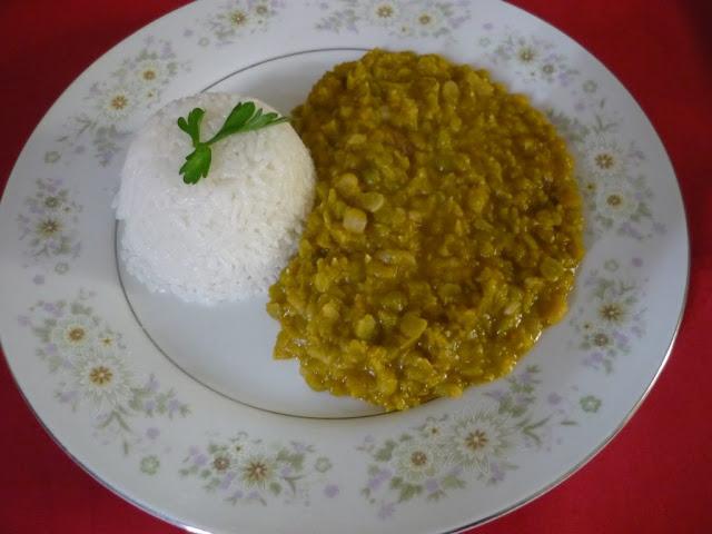 Preparación de la menestra verde preparada en casa y acompañada de arroz blanco.