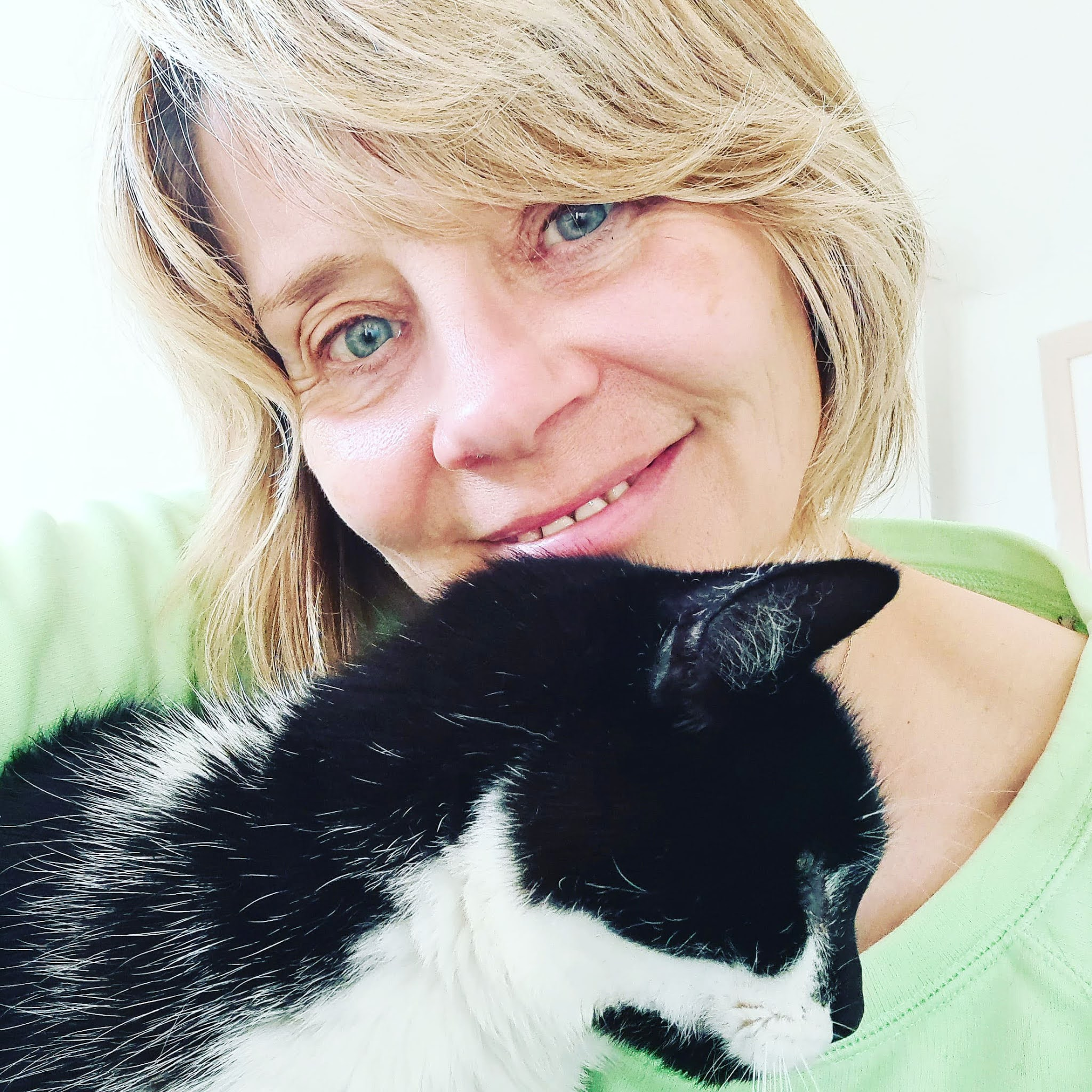 Is This Mutton blogger Gail Hanlon with Molly the cat