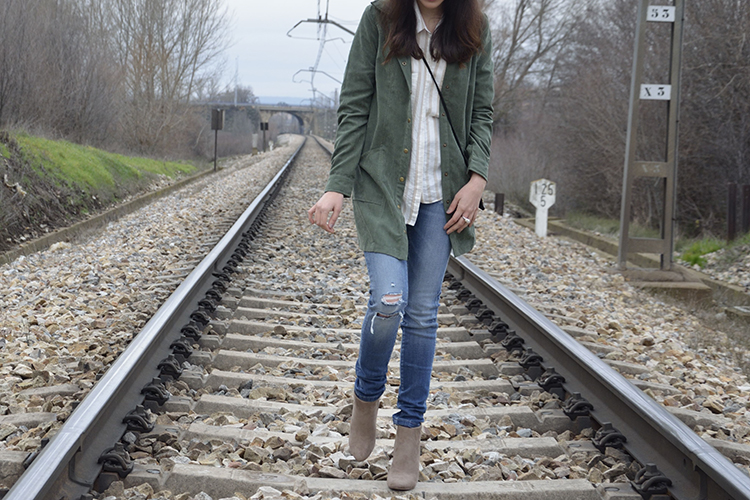 outfit-blogger-fedora-marrón-jeans-chaqueta-verde-look-casual