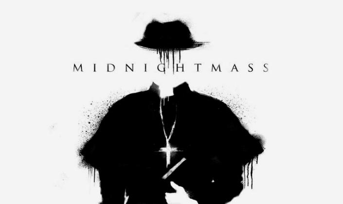 Imagem de capa: fundo branco uma ilustração em tinta preta de um padre com uma cruz no peito, mas no lugar do rosto temos o título em preto: Midnight Mass.