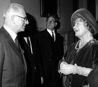Gareth Morris con la Reina Isabel II del Reino Unido.