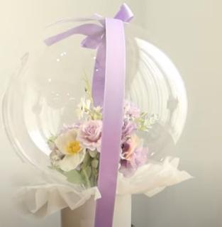 Blumenstrauß im Luftballon.