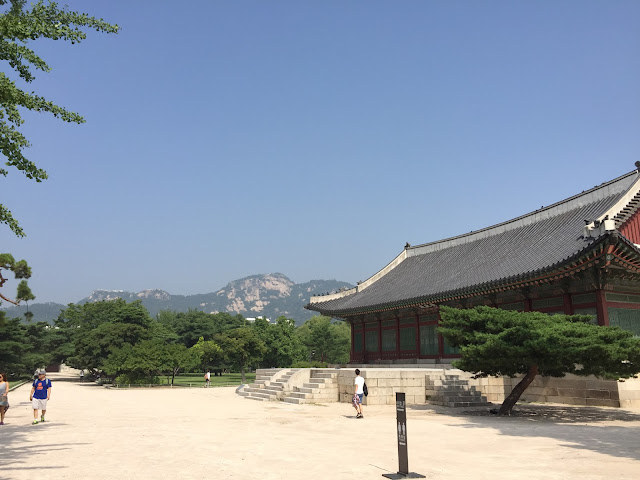 Gyeongbokgung Palace in Seoul, South Korea is a colourful palace and a place to get a taste of Korea's rich history.