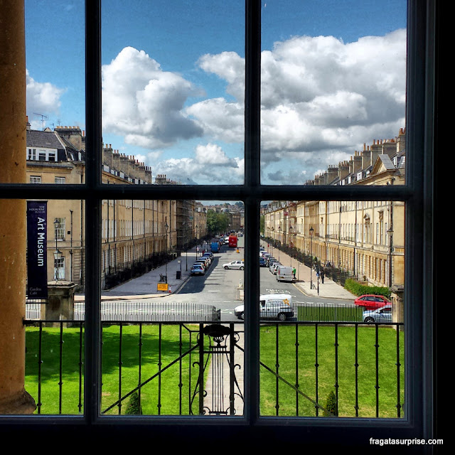 Bath, Inglaterra: a Great Pulteney Street vista de uma janela do Holburne Museum