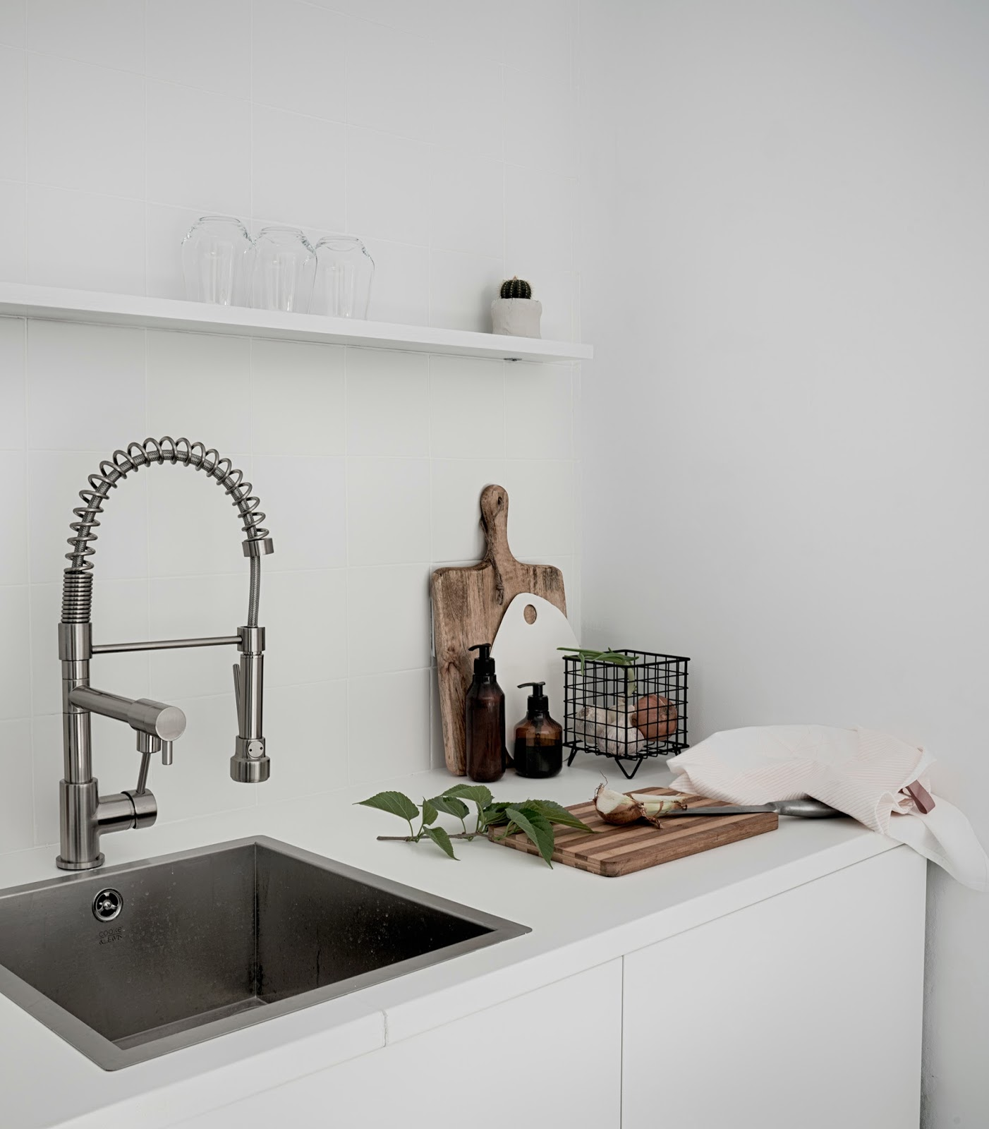 como decorar la cocina, decoracion, cocina, kitchen, nordic decor, decoration, white, fregadero, sink, grifo triple, tabla de cortar, blanco, cocina blanca