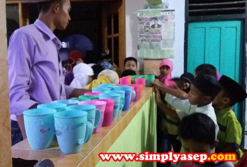 MINUMAN :   Setelah masuk waktu berbuka puasa, anak anak TPA Masjid At Taqwa dengan tertib mengambil minumannya masing masing.  Dengan pengawasan dari Remaja Masjid setempat. Satu ya ambilnya   Foto Asep Haryono