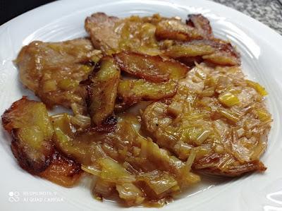 Lomo con puerros y manzana