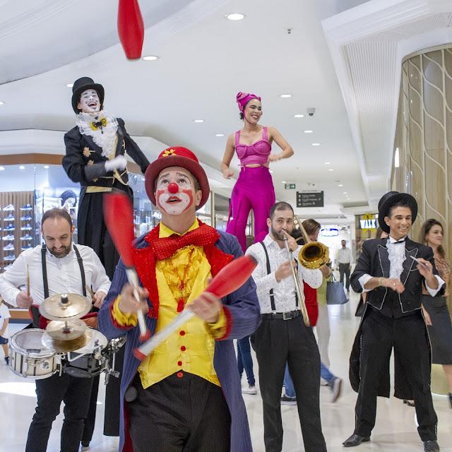 Atrações itinerantes e palhaço de Humor e Circo Eventos na comemoração dos 20 anos do Shopping Higienópolis em SP.