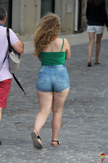 Hermosa chica bellas piernas buenas nalgas redondas shorts apretados