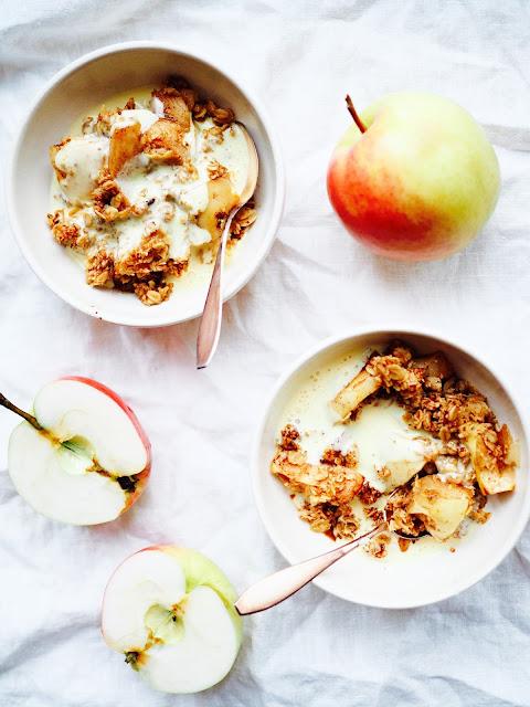 kookoskermavaahto, terveellinen omena-kaurapaistos, sokeriton omena-kaurapaistos