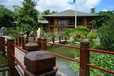 Sendero elevado y edificación de estilo japonés