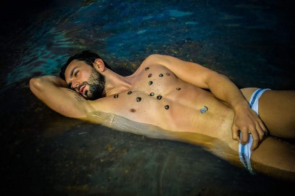 Gabriel Rodrigues posa para ensaio sensual às margens de um rio. Foto: Muel Tsunamy