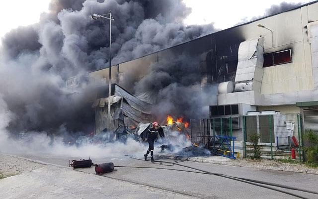 مؤلم جداً ..اندلاع حريق مهول بمحجز للسيارات والخسائر كبيرة