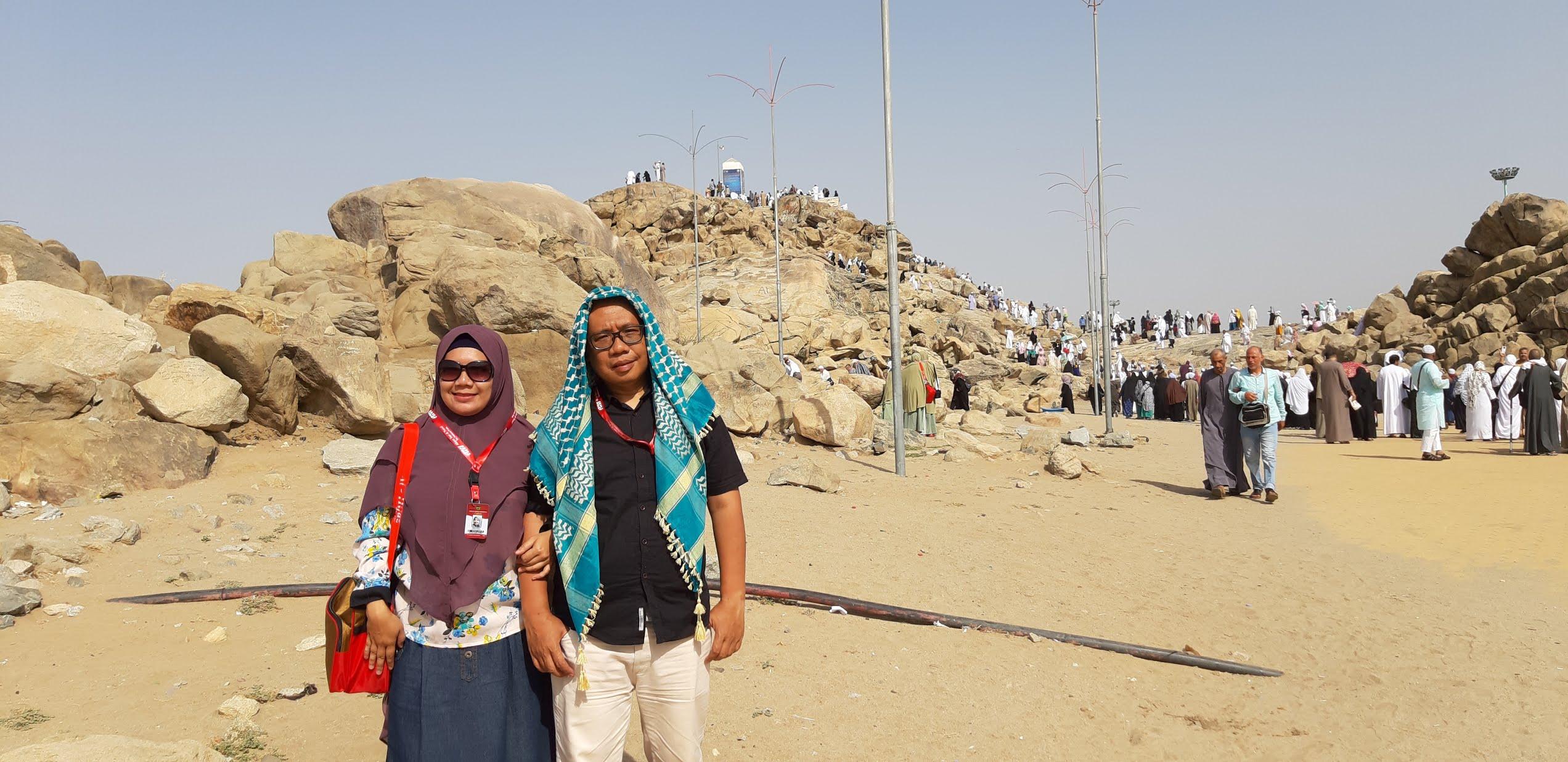berkunjung ke jabal rahmah bukit kasih sayang di padang arafah umroh nurul sufitri travel lifestyle blogger alhijaz indowisata arab saudi review