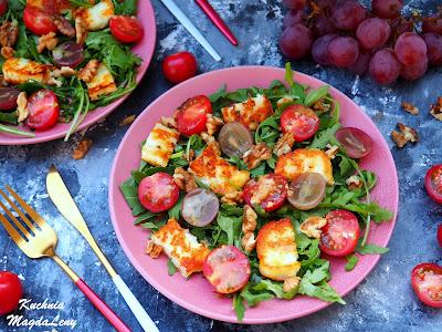 Sałatka z rukoli z serem halloumi i winogronami