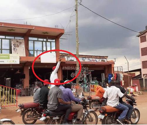 Ugandan singer and presidential aspirant Bobi Wine escapes police arrest on bike (Video)