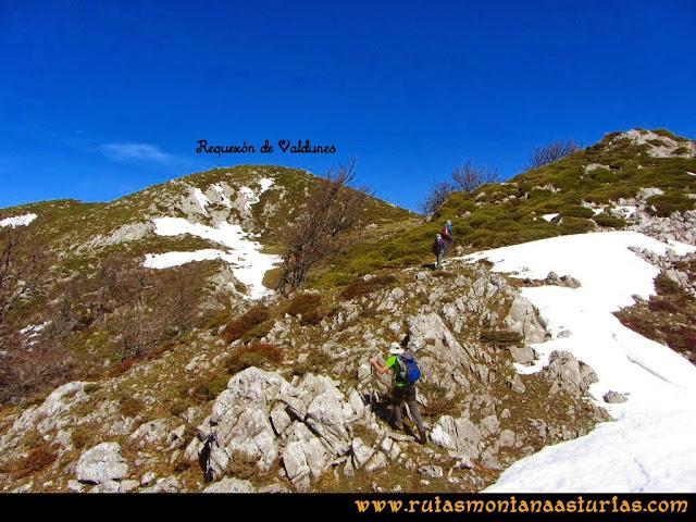 Ruta Requexón Valdunes, la Senda: Subiendo por la arista hacia la cima del Requexón
