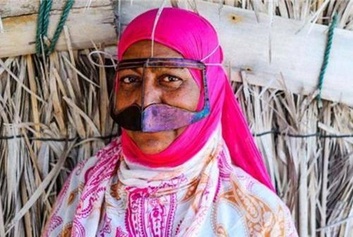 Những phụ nữ đeo mặt nạ bí ẩn ở Trung Đông 1