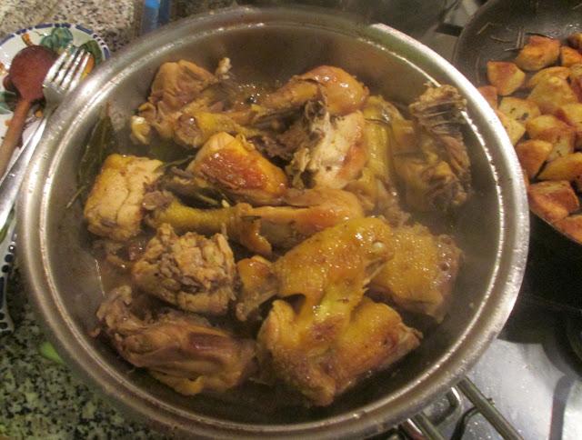 Como assar frango com batatas na frigideira
