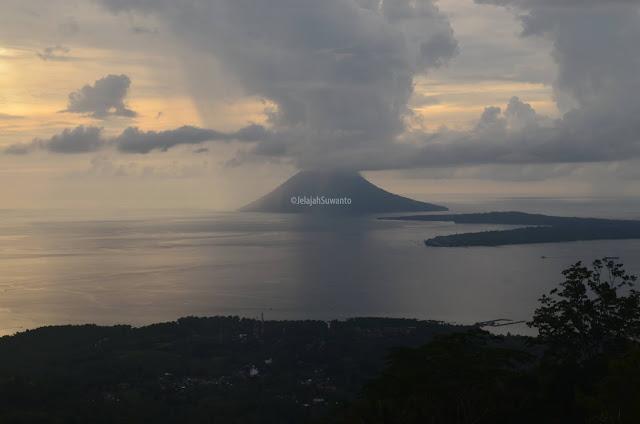 Gunung Manado Tua pada suatu senja kelabu dari tahura Gunung Tumpa H.V Worang ©JelajahSuwanto