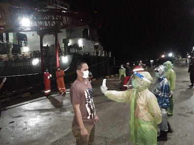 Tim Medis Covid 19 Tual saat memeriksa 20 ABK dan Nahkoda KM SPIL Hayo, Jumat (1/05/2020)