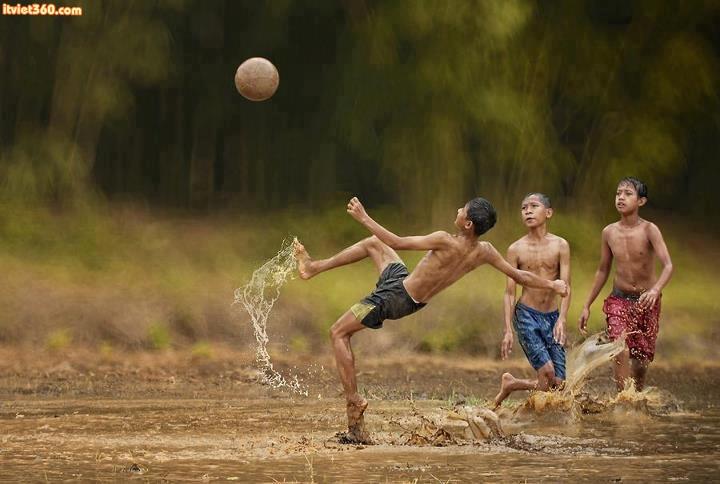 """Chùm hình ảnh đẹp nghệ thuật về """"tuổi thơ tôi"""" đá bóng"""