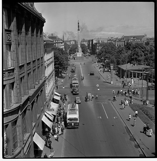 """До июля 1962 года. Рига. Перекресток бульвара Падомью и улицы Ленина. Справа пока еще часы """"Laima"""""""