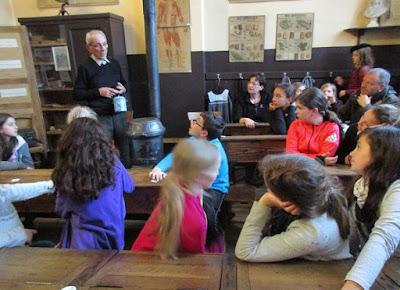 Comment les écoliers prenaient-ils leur repas de midi autrefois ? C'était le temps des gamelles...